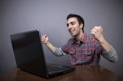Giovane allegro con il computer portatile Fotografia Stock Libera da Diritti