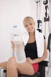 Giovane allenamento biondo della donna in ginnastica Fotografia Stock Libera da Diritti