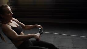 Giovane allenamento dell'atleta femminile con il simulatore di potere al rallentatore nella palestra archivi video
