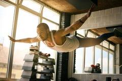 Giovane allenamento dell'uomo dell'atleta in club in buona salute Fotografia Stock Libera da Diritti