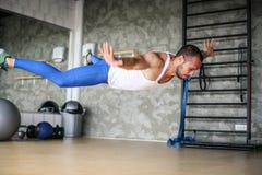 Giovane allenamento dell'uomo dell'atleta in club in buona salute Fotografia Stock