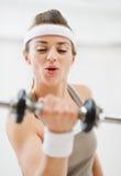 Giovane allenamento della donna di sport con i dumbbells Fotografia Stock