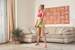 Giovane allenamento della femmina a casa Fotografie Stock