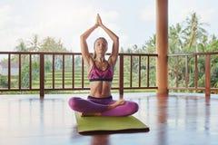 Giovane allenamento facente femminile adatto di yoga Immagine Stock Libera da Diritti