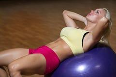 Giovane allenamento facente femminile dell'ABS Fotografia Stock