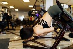 Giovane allenamento grazioso della donna sulla macchina di esercizi nella palestra di forma fisica Fotografia Stock Libera da Diritti