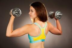 Giovane allenamento ispanico sportivo attivo della donna con il isolat delle teste di legno Immagine Stock Libera da Diritti
