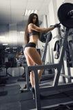 Giovane allenamento sexy della ragazza di forma fisica con il bilanciere nella palestra , donna nell'usura di sport con l'ente mu Fotografia Stock Libera da Diritti