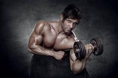 Giovane allenamento sexy muscolare dell'uomo in palestra Fotografie Stock