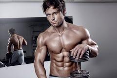 Giovane allenamento sexy muscolare dell'uomo in palestra Immagine Stock Libera da Diritti
