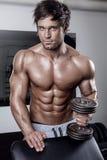 Giovane allenamento sexy muscolare dell'uomo in palestra Fotografia Stock Libera da Diritti
