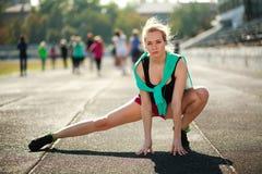 Giovane allenamento sportivo della donna all'aperto Immagini Stock