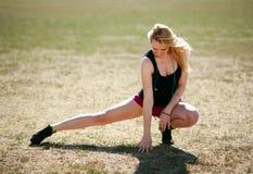 Giovane allenamento sportivo della donna all'aperto Fotografia Stock Libera da Diritti