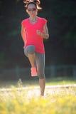 Giovane allenamento sportivo della donna, esercizi all'aperto Fotografie Stock Libere da Diritti