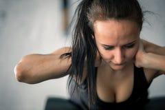 Giovane allenamento sportivo della donna sulla macchina di esercizi in palestra Immagine Stock