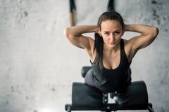 Giovane allenamento sportivo della donna sulla macchina di esercizi in palestra Fotografia Stock