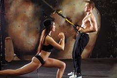 Giovane allenamento sportivo delle coppie in palestra Fotografie Stock Libere da Diritti