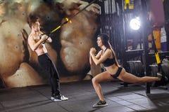 Giovane allenamento sportivo delle coppie in palestra Fotografia Stock