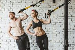 Giovane allenamento sportivo delle coppie in palestra Fotografia Stock Libera da Diritti