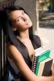 Giovane allievo attraente del brunette all'aperto. Fotografia Stock Libera da Diritti