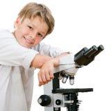 Giovane allievo bello con il microscopio. Immagine Stock Libera da Diritti
