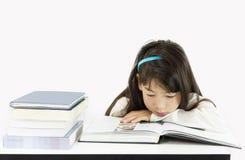 Giovane allievo che legge il libro Fotografie Stock