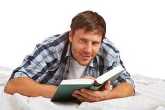 Giovane allievo che legge un libro Fotografie Stock