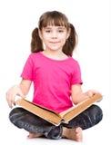 Giovane allievo che tiene grande libro Isolato su priorità bassa bianca Fotografia Stock