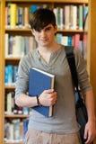 Giovane allievo che tiene un libro Immagini Stock Libere da Diritti