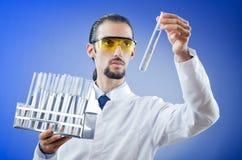Giovane allievo del chimico in laboratorio Fotografia Stock
