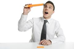 Giovane allievo dell'uomo d'affari che pensa con la matita Immagini Stock Libere da Diritti