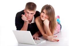 Giovane allievo delle coppie con il computer portatile Immagine Stock
