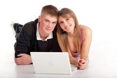 Giovane allievo delle coppie con il computer portatile Fotografie Stock Libere da Diritti