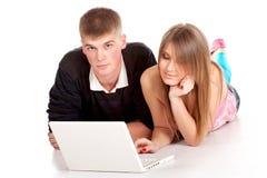 Giovane allievo delle coppie con il computer portatile Fotografia Stock