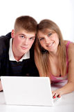 Giovane allievo delle coppie con il computer portatile Immagini Stock
