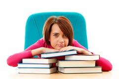 Giovane allievo femminile con molti libri Immagine Stock