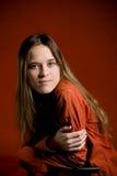 Giovane allievo femminile su colore rosso Immagine Stock