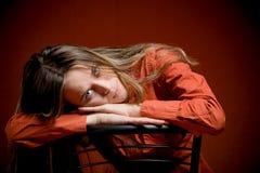 Giovane allievo femminile su colore rosso Fotografia Stock Libera da Diritti