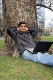 Giovane allievo indiano fuori della città universitaria dell'istituto universitario. Fotografia Stock Libera da Diritti