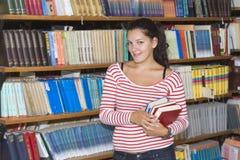 Giovane allievo in libreria Fotografie Stock Libere da Diritti