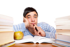 Giovane allievo maschio frustrato con i libri di studio Fotografia Stock