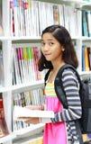 Giovane allievo nella libreria Fotografia Stock Libera da Diritti