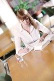 Giovane allievo in una libreria Fotografie Stock