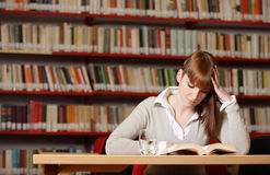 Giovane allievo in una libreria Immagini Stock Libere da Diritti