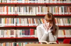Giovane allievo in una libreria Immagine Stock