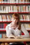 Giovane allievo in una libreria Immagini Stock