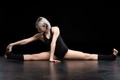 Giovane allungamento atletico attraente del ballerino della donna Fotografia Stock Libera da Diritti