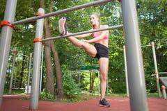 Giovane allungamento atletico della donna Fotografie Stock Libere da Diritti
