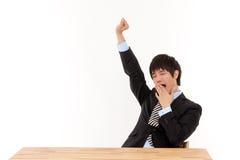 Giovane allungamento dell'uomo di affari Immagini Stock