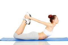 Giovane allungamento della donna di forma fisica Fotografia Stock
